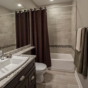 Ispirazione per una stanza da bagno con doccia minimal di medie dimensioni con ante di vetro, top piastrellato e piastrelle beige