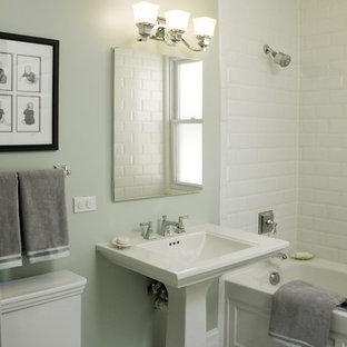 Diseño de cuarto de baño tradicional con lavabo con pedestal y baldosas y/o azulejos de cemento