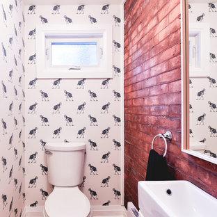 Esempio di una piccola stanza da bagno con doccia minimal con WC monopezzo, pavimento in legno massello medio e lavabo da incasso