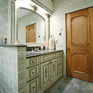 Стильный дизайн: ванная комната среднего размера в средиземноморском стиле с монолитной раковиной, стеклянными фасадами, зелеными фасадами, столешницей из гранита, ванной в нише, душем над ванной, унитазом-моноблоком, белой плиткой, керамической плиткой, белыми стенами, мраморным полом и душевой кабиной - последний тренд