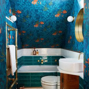 Idée de décoration pour une petit salle de bain bohème pour enfant avec un mur bleu, un sol en marbre, un placard à porte vitrée, une baignoire posée, un WC à poser, un carrelage vert, des carreaux de céramique, un plan vasque et un plan de toilette en marbre.