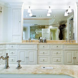 Inspiration pour une très grande salle de bain principale traditionnelle avec un lavabo encastré, un placard avec porte à panneau surélevé, des portes de placard blanches, un plan de toilette en marbre, une baignoire encastrée, une douche d'angle, un WC à poser, un mur blanc, un sol en bois clair, un sol beige, une cabine de douche à porte battante et un plan de toilette beige.