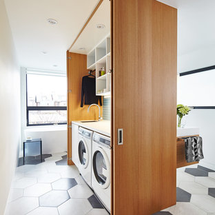 Mittelgroßes Modernes Badezimmer mit offenen Schränken, weißen Schränken, weißer Wandfarbe, Porzellan-Bodenfliesen, buntem Boden und Wäscheaufbewahrung in Toronto