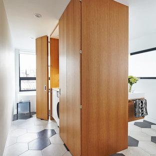 Inredning av ett modernt mellanstort en-suite badrum, med släta luckor, skåp i mellenmörkt trä, ett fristående badkar, beige kakel, svart kakel, porslinskakel, vita väggar, klinkergolv i porslin, ett integrerad handfat och bänkskiva i akrylsten