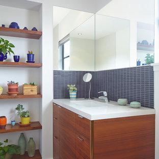 Idéer för funkis badrum med dusch, med ett undermonterad handfat, släta luckor, skåp i mellenmörkt trä, bänkskiva i kvarts, en toalettstol med hel cisternkåpa, grå kakel och vita väggar