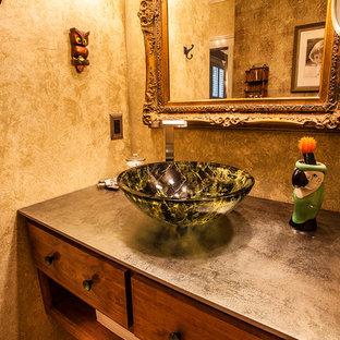 Ispirazione per una stanza da bagno stile shabby di medie dimensioni con lavabo a bacinella, ante in legno scuro, top in superficie solida, doccia doppia e pareti beige
