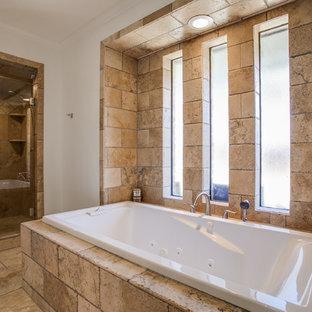 Esempio di una grande sauna moderna con lavabo a colonna, ante con riquadro incassato, ante bianche, top in granito, vasca idromassaggio, bidè, piastrelle bianche, piastrelle in pietra, pareti bianche e pavimento in travertino