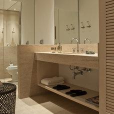 Modern Bathroom by Patricia Figueiredo