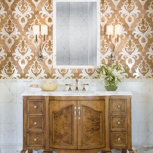 Immagine di una stanza da bagno boho chic con consolle stile comò, ante in legno scuro, piastrelle bianche e pareti multicolore