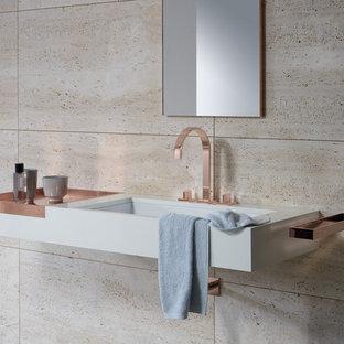 Новые идеи обустройства дома: ванная комната в современном стиле с открытыми фасадами, бежевой плиткой, коричневой плиткой, плиткой из сланца, бежевыми стенами, врезной раковиной и столешницей из меди