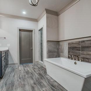 Bild på ett stort vintage en-suite badrum, med luckor med infälld panel, blå skåp, ett fristående badkar, grå kakel, stenkakel, vita väggar, ljust trägolv, ett undermonterad handfat, bänkskiva i kvarts, grått golv, en öppen dusch och med dusch som är öppen