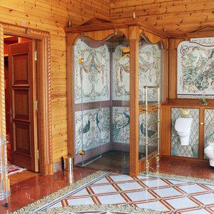 ニューヨークの大きいエクレクティックスタイルのおしゃれなマスターバスルーム (家具調キャビネット、淡色木目調キャビネット、大型浴槽、コーナー設置型シャワー、壁掛け式トイレ、ベージュのタイル、石スラブタイル、ベージュの壁、大理石の床、オーバーカウンターシンク、大理石の洗面台) の写真