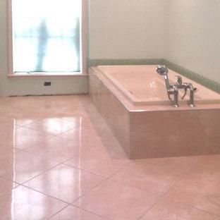 Esempio di una stanza da bagno con doccia tradizionale di medie dimensioni con ante con bugna sagomata, ante bianche, doccia ad angolo, WC a due pezzi, piastrelle bianche, piastrelle diamantate, pareti bianche e porta doccia a battente