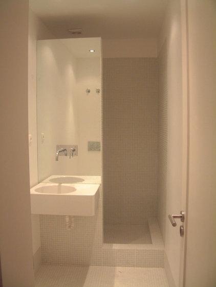 Contemporary Bathroom by QFProjectBuilding