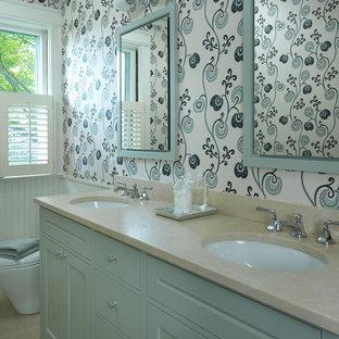 Inspiration pour une salle de bain traditionnelle avec un lavabo encastré, un placard avec porte à panneau encastré, des portes de placard bleues, un mur multicolore et un plan de toilette en quartz.