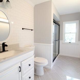 Ispirazione per una stanza da bagno country con lavabo integrato, ante bianche, top in onice, doccia aperta, WC a due pezzi, piastrelle bianche, piastrelle in ceramica, pareti grigie e pavimento con piastrelle in ceramica