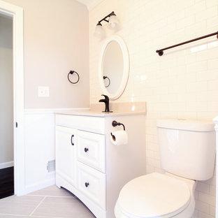 Immagine di una stanza da bagno country con lavabo integrato, ante bianche, top in onice, doccia aperta, WC a due pezzi, piastrelle bianche, piastrelle in ceramica, pareti grigie e pavimento con piastrelle in ceramica