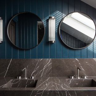 ロンドンの小さい北欧スタイルのおしゃれなマスターバスルーム (オープンシェルフ、グレーのキャビネット、置き型浴槽、オープン型シャワー、壁掛け式トイレ、グレーのタイル、ライムストーンタイル、青い壁、テラゾーの床、アンダーカウンター洗面器、大理石の洗面台、グレーの床、開き戸のシャワー、グレーの洗面カウンター) の写真