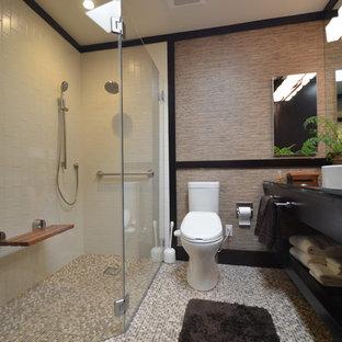 Ejemplo de cuarto de baño principal, asiático, con armarios estilo shaker, puertas de armario negras, ducha a ras de suelo, paredes beige y lavabo sobreencimera