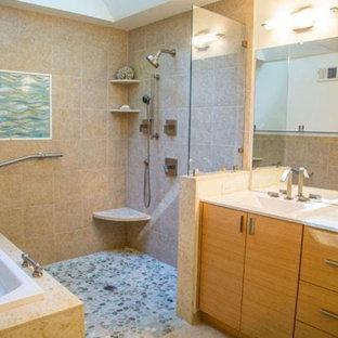 Неиссякаемый источник вдохновения для домашнего уюта: главная ванная комната среднего размера в морском стиле с плоскими фасадами, светлыми деревянными фасадами, накладной ванной, открытым душем, зеркальной плиткой, бежевыми стенами, полом из галечной плитки, врезной раковиной, столешницей из искусственного камня и бежевым полом