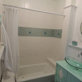 На фото: со средним бюджетом маленькие ванные комнаты в морском стиле с бирюзовыми фасадами, столешницей из дерева, белой плиткой, керамической плиткой, накладной ванной, раздельным унитазом, настольной раковиной, белыми стенами и полом из сланца