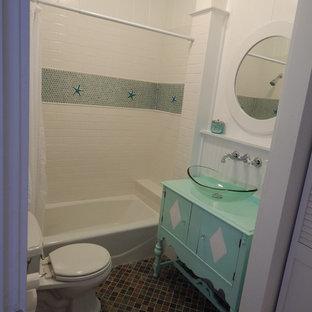 Immagine di una piccola stanza da bagno costiera con top in legno, ante turchesi, piastrelle bianche, pavimento in ardesia, piastrelle in ceramica, vasca da incasso, WC a due pezzi, lavabo a bacinella, pareti bianche e top turchese