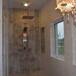 Idéer för att renovera ett stort shabby chic-inspirerat en-suite badrum, med möbel-liknande, vita skåp, en jacuzzi, en dubbeldusch, en toalettstol med hel cisternkåpa, vit kakel, marmorkakel, beige väggar, marmorgolv, ett fristående handfat, granitbänkskiva, vitt golv och med dusch som är öppen