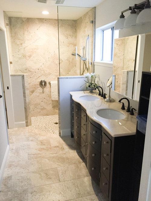 Salle de bain avec des portes de placard marrons et un sol - Porte de placard salle de bain ...