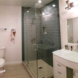 Esempio di una stanza da bagno con doccia minimal di medie dimensioni con ante lisce, ante bianche, doccia ad angolo, WC monopezzo, piastrelle multicolore, piastrelle in gres porcellanato, pareti bianche, pavimento con piastrelle in ceramica, lavabo integrato e top in vetro