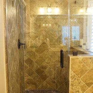 Пример оригинального дизайна: главная ванная комната среднего размера в классическом стиле с фасадами с выступающей филенкой, белыми фасадами, накладной ванной, угловым душем, бежевой плиткой, керамогранитной плиткой, бежевыми стенами, полом из керамогранита, врезной раковиной и столешницей из гранита
