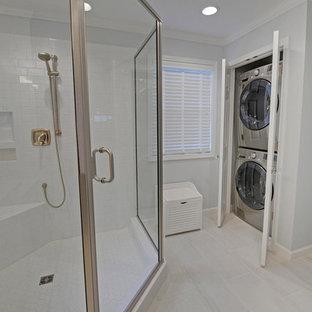 Immagine di una stanza da bagno con doccia classica di medie dimensioni con ante a filo, ante bianche, doccia ad angolo, piastrelle bianche, piastrelle diamantate, pareti bianche, pavimento in gres porcellanato, lavabo sottopiano e top in granito