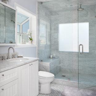 Foto di una stanza da bagno con doccia classica di medie dimensioni con ante a persiana, ante bianche, doccia alcova, piastrelle grigie, piastrelle bianche, piastrelle in pietra, pareti blu, pavimento in marmo, lavabo sottopiano e top in marmo