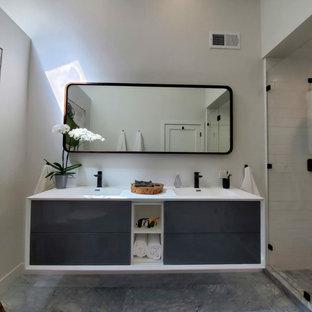 Exemple d'une salle de bain principale moderne de taille moyenne avec un placard à porte plane, des portes de placard blanches, une baignoire encastrée, une douche double, un WC à poser, un carrelage blanc, un carrelage métro, un mur blanc, un sol en carrelage de porcelaine, un lavabo encastré, un plan de toilette en quartz modifié, un sol gris, une cabine de douche à porte battante, un plan de toilette blanc, un banc de douche, meuble double vasque, meuble-lavabo suspendu et un plafond voûté.