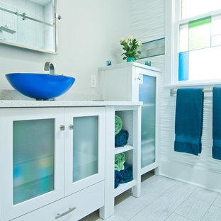 他の地域の中サイズのモダンスタイルのおしゃれなバスルーム (浴槽なし) (ガラス扉のキャビネット、白いキャビネット、白いタイル、セラミックタイル、白い壁、磁器タイルの床、ベッセル式洗面器、珪岩の洗面台、白い床) の写真