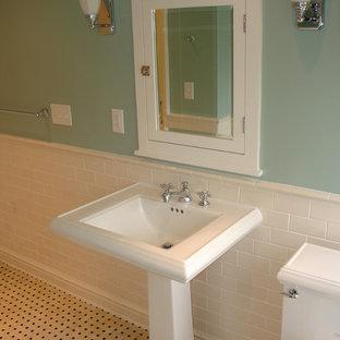 Idéer för ett litet klassiskt en-suite badrum, med ett piedestal handfat, ett badkar i en alkov, en dusch i en alkov, en toalettstol med separat cisternkåpa, vit kakel, tunnelbanekakel, gröna väggar, marmorgolv, luckor med infälld panel, vita skåp, vitt golv och dusch med gångjärnsdörr