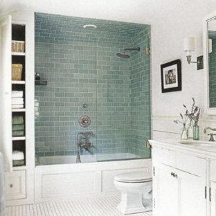 Modelo de cuarto de baño infantil, tradicional, pequeño, con armarios estilo shaker, puertas de armario blancas, bañera exenta, sanitario de una pieza, baldosas y/o azulejos blancos, paredes blancas, lavabo bajoencimera y encimera de cuarzo compacto