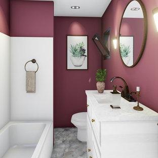 Idee per una stanza da bagno moderna di medie dimensioni con ante bianche, vasca ad alcova, doccia alcova, WC a due pezzi, pareti rosse, pavimento con piastrelle a mosaico, lavabo integrato, pavimento grigio e doccia con tenda