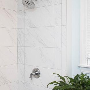 Foto di una stanza da bagno padronale minimalista di medie dimensioni con ante a filo, ante blu, vasca da incasso, doccia aperta, WC monopezzo, piastrelle bianche, piastrelle in ceramica, pareti blu, pavimento con piastrelle in ceramica, lavabo sottopiano, top piastrellato, pavimento bianco e doccia con tenda