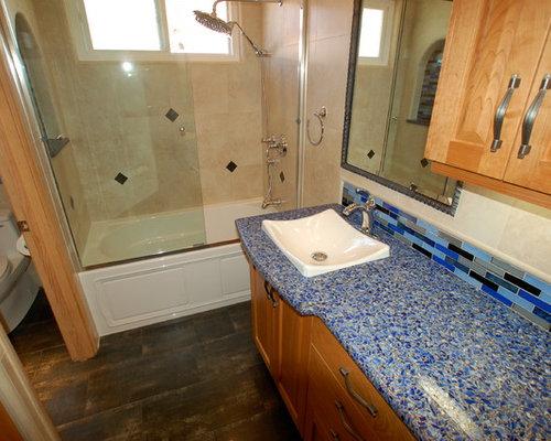 Stanza da bagno con top in vetro riciclato e piastrelle a listelli