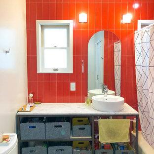 ロサンゼルスの中くらいのモダンスタイルのおしゃれなマスターバスルーム (オープンシェルフ、白いキャビネット、アルコーブ型浴槽、シャワー付き浴槽、分離型トイレ、セラミックタイル、リノリウムの床、ベッセル式洗面器、珪岩の洗面台、マルチカラーの床、シャワーカーテン、白い洗面カウンター、赤いタイル、赤い壁) の写真