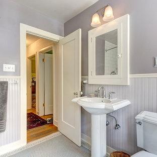 Mittelgroßes Klassisches Duschbad mit Wandtoilette mit Spülkasten, Keramikboden, Sockelwaschbecken, weißem Boden und lila Wandfarbe in Portland