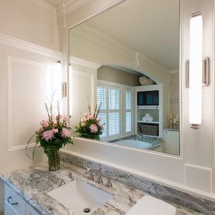 Ispirazione per una grande sauna classica con ante con bugna sagomata, ante bianche, vasca da incasso, WC monopezzo, piastrelle beige, piastrelle in gres porcellanato, pareti bianche, pavimento in pietra calcarea, lavabo sottopiano e top in quarzo composito
