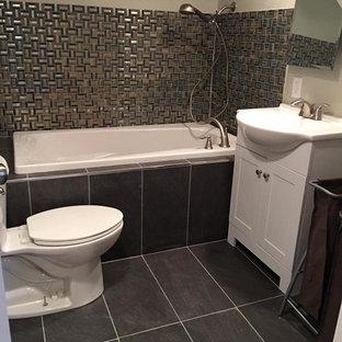 他の地域の小さいトランジショナルスタイルのおしゃれなバスルーム (浴槽なし) (シェーカースタイル扉のキャビネット、白いキャビネット、アルコーブ型浴槽、分離型トイレ、グレーのタイル、メタルタイル、ベージュの壁、磁器タイルの床、一体型シンク、人工大理石カウンター、グレーの床、白い洗面カウンター) の写真