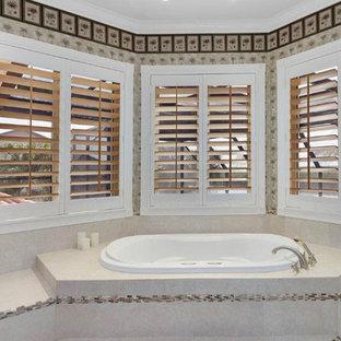 Стильный дизайн: большая главная ванная комната в морском стиле с фасадами с декоративным кантом, фасадами цвета дерева среднего тона, накладной ванной, душем в нише, раздельным унитазом, бежевой плиткой, плиткой из травертина, бежевыми стенами, полом из терраццо, накладной раковиной, мраморной столешницей, бежевым полом, открытым душем и бежевой столешницей - последний тренд