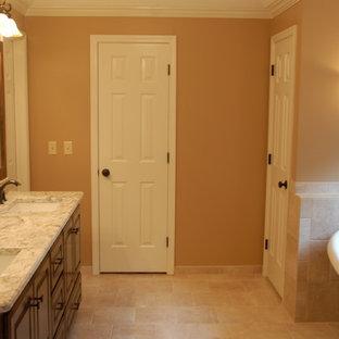 Diseño de cuarto de baño moderno con armarios con paneles empotrados, puertas de armario de madera en tonos medios, parades naranjas, encimera de mármol, suelo naranja y encimeras blancas