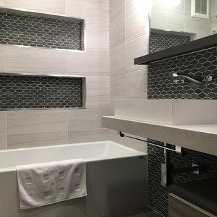 На фото: главная ванная комната среднего размера в стиле модернизм с темными деревянными фасадами, ванной в нише, душем над ванной, черно-белой плиткой, плиткой из листового стекла, белыми стенами, полом из керамогранита, настольной раковиной, столешницей из искусственного кварца, открытыми фасадами, черным полом и открытым душем с