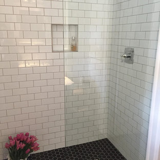 На фото: со средним бюджетом маленькие ванные комнаты в современном стиле с открытыми фасадами, душевой комнатой, белой плиткой, плиткой кабанчик, белыми стенами, полом из керамогранита, душевой кабиной, раковиной с пьедесталом и стеклянной столешницей