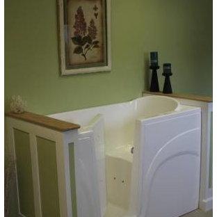 Стильный дизайн: ванная комната среднего размера в стиле кантри с открытыми фасадами, белыми фасадами, гидромассажной ванной, раздельным унитазом, белой плиткой, керамической плиткой, зелеными стенами, полом из керамической плитки, душевой кабиной, врезной раковиной и столешницей из плитки - последний тренд