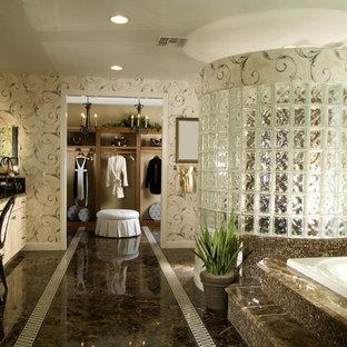Ispirazione per un'ampia stanza da bagno padronale classica con ante a filo, ante beige, vasca da incasso, doccia aperta, pareti multicolore, pavimento in gres porcellanato, lavabo sottopiano, top in granito, pavimento marrone e top multicolore
