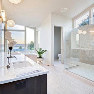 Идея дизайна: огромная главная ванная комната в стиле модернизм с темными деревянными фасадами, накладной ванной, открытым душем, раздельным унитазом, белыми стенами, полом из керамогранита, врезной раковиной, столешницей из искусственного кварца, бежевым полом, открытым душем и белой столешницей
